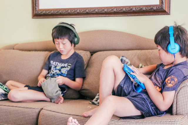 How to stay unplugged on vacation|Two boys playing Minecraft