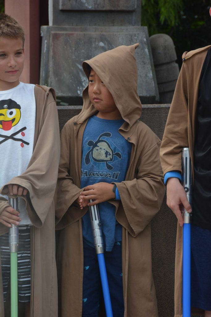 Open to close touring plan for Disney's Hollywood Studios|Little boy dressed like a Jedi in a blue shirt
