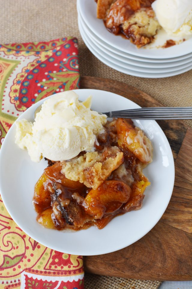 slow cooker peach cobbler with ice cream